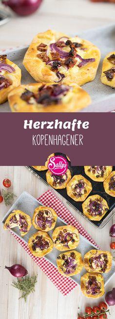 Diese herzhafte Kopenhagener bestehen aus einem einfachen, selbst gemachten Plunderteig, welcher mit einer Schmandcreme bestrichen und mit Zwiebeln, getrockneten Tomaten und Weichkäse belegt wird.