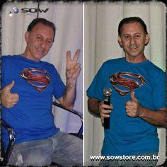 Carlinhos não é apaixonado só pela música. O proprietário da Speed Music Videokê é grande fã de super-heróis e escolheu a Camiseta Man Of Steel, desenvolvida pela Sow, para comandar o palco. Sucesso!