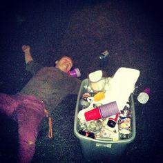 Este tipo al que tiraron a la basura…   28 personas que se tomaron un trago de más