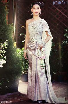 งามจับใจญาญ่าห่มสไบใส่ชุดไทยขึ้นปกนิตยสาร finaleweddingmagazine - Pantip Trendy Dresses, Nice Dresses, Fashion Dresses, Girls Dresses, Floral Dresses, Thai Traditional Dress, Traditional Wedding Dresses, Thai Wedding Dress, Girls Tunics