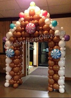Christmas Arch, Office Christmas Decorations, Christmas Balloons, Gingerbread House Parties, Gingerbread Decorations, Christmas Gingerbread House, Balloon Crafts, Balloon Decorations, Balloon House