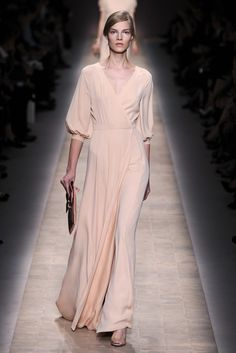 Maria Grazia Chiuri and Pierpaolo Piccioli were struck by the notion of a woman's identity and the concept of personal beauty. Justin Bieber, Valentino, Couture Fashion, Paris Fashion, Runway Fashion, Bridesmaid Dresses, Wedding Dresses, Girly Outfits, Fashion Details