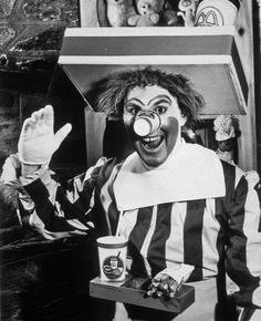 "odditiesoflife: "" The Original Ronald McDonald A frightening sight indeed. This is the original Ronald McDonald for McDonalds restaurants. The wig looks matted and the cup for a nose is an enormous. Rare Historical Photos, Rare Photos, Old Photos, Bizarre Photos, Iconic Photos, Rare Pictures, Ronald Mcdonald, Charlie Chaplin, Photo Vintage"