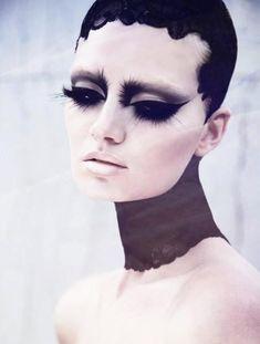This Swan Lake inspired make up. Het gevoel wat ze weergeeft, de melancholie is duidelijk zichtbaar