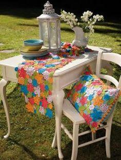 """Table runner """"Flowers"""" pattern"""
