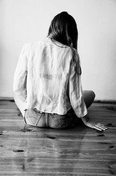 El que esté libre de pecado, que arroje la primera piedra Una frase con mucho peso y valor que ha servido para taparle la boca a personas que se creen con la fuerza moral de señalar y juzgar a sus semejantes... Cuantas veces nosotros hemos arrojado la piedra sin piedad, olvidando que también nosotros somos imperfectos propensos a fallar. Y que cuando nos encontráramos en una situación similar desearíamos que alguien nos de la mano y nos ayude a levantar sin condiciones.