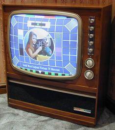 [3]   1940'larda renkli televizyon çalışmaları hız kazandı. 1950'lerde ABD'de ilk renkli televizyon satışa çıktı, ancak renkli televizyon ABD'de 1960'larda geniş kitlelerce kullanılmaya başlandı.
