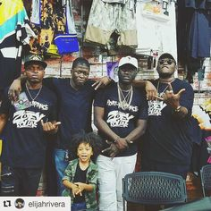 I swear my Family Hustles Down to our youngins My Little  Newphew at every Shopping Mall you go to!  No Family been this Lit since the Jackson's  #Repost @elijahrivera with @repostapp  When talent runs in the family my uncles @rippadakid @jaemazor  @bobbypenz  and big cousin @zoeydollaz at his album signing. We came to support! #zoeydollazblowacheck  #zoeydollaztakeover #zoeydollaz #rippadakid #jaemazor #jaemazormusic