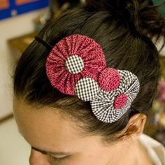 fuxico for hair Fabric Flower Headbands, Baby Headbands, Fabric Flowers, Ribbon Crafts, Fabric Crafts, Homemade Hair Accessories, Diy Tiara, Hair Wrap Scarf, Kanzashi Tutorial