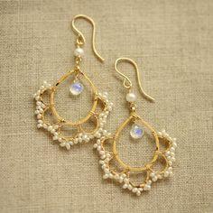 ムーンストーンと淡水パールのレースのピアス - k14gf ピアス 天然石 ハンドメイド・アクセサリー ◆パカリナ商店◆  14K gold filled drop earrings with pearl and moonstone, via pakarina.com - handmade jewelry #goldearrings #goldjewelry #delicateearrings #earrings #moonstone #pearl