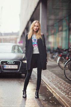 I dont get it are the legs of her really this small?? Oh well but i like the shirt    Secondskin en stylelovely.com #EarCuffJewelry Street Style Stockholm, Street Style Trends, Paris Street, Street Styles, Kenzo Sweater, Turtleneck T Shirt, Sweat Kenzo, Sweat Shirt, Street Style