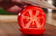 Ook het eten van tomatenpuree kent gezondheidsvoordelen Tomaten zijn niet alleen heerlijk door de pastasaus of door een salade; ze zijn ook nog eens heel erg gezond! De rode lekkernij bevat naast vitamine C (belangrijk voor de weerstand!), zink, calcium en ijzer ook veel lycopeen. En laat dat nu ne