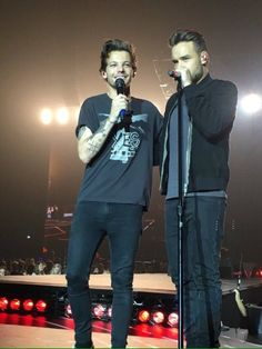 Louis and Liam performing in Sheffield One Direction Images, One Direction Harry, Liam Payne, One Direction Louis Tomlinson, Midnight Memories, Normal Guys, Liam James, Louis And Harry, Perfect Boy