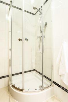 Corner Shower With Handheld Showerhead