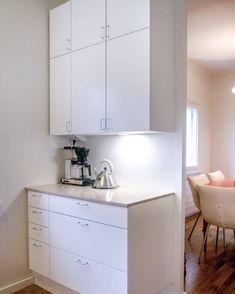 HELNO Kallio -keittiö. Pienkoneet on sijoitettu keittiössä erilliselle sivutasolle, jolloin altaan ja keittotason välinen työskentelyalue jää vapaaksi. Kuva: @migi_92 #helno #helnodesign #kallio #keittiö #keittiöremontti #finnishdesign Viria, Double Vanity, Kitchen Cabinets, Led, Bathroom, Instagram, Home Decor, Washroom, Decoration Home