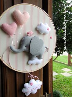 Inspire yourself with these beautiful backstage decorations that you will love and want to make at home. – - Decoration For Home Baby Crafts, Felt Crafts, Diy And Crafts, Baby Door, Diy Bebe, Baby Mobile, Creation Deco, Felt Baby, Felt Decorations