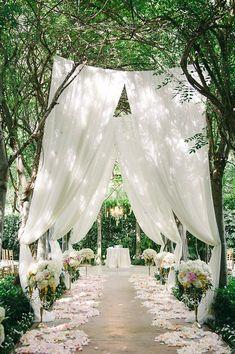 Bröllopsdetaljer, tyg vis altargången.