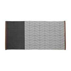 Geef uw hal of (bij)keuken een moderne uitsraling met dit trendy katoenen vloerkleed van het Deense merk Bloomingville. Het kleed is geweven van puur katoen en is verkrijgbaar in verschillende patronen en varianten. De decoratieve bruine leren rand zorgt voor een leuke twist!