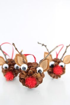 These pinecone reindeer are the most adorable kids Christmas craft! Make these DIY pinecone ornaments this year to adorn your tree!