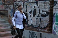 Casual, sport, pelo recogido, street style, gafas en plata; camisa blanca, sudadera, pantalón negro en ido en negro.