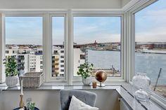 pisos suecos Piso en esquina con terraza madera terrazas diseño interiores pisos pequeños decoración terrazas decoración pisos pequeños blog decoración nórdica alquiler compra pisos intermedios