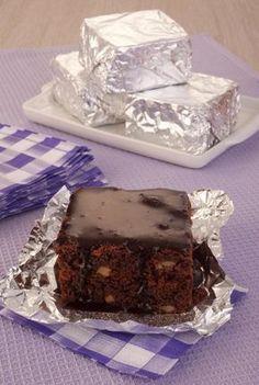 Tempo: 1h (+2h de geladeira)Rendimento: 8Dificuldade: fácil Ingredientes: 200g de chocolate meio amargo picado 1 xícara (chá) de manteiga 3 ovos 1 xícara (chá) de açúcar 1 xícara (chá) de farinha de trigo 1/2 colher (sopa) de fermento em pó químico 1 xícara (chá) de nozes picadas Margarina e farinha de trigo para untar 1 […]