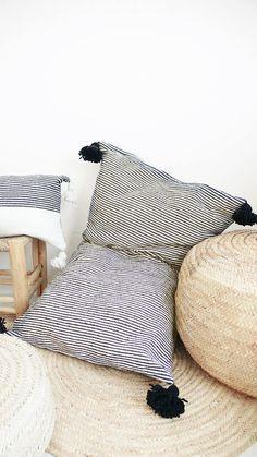 Riesiger Baumwoll-Sitzkissen mit schwarze Pompons. Super gemütliche Sitzgelegenheit. Zu finden auf Etsy.