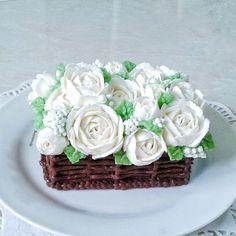 white roses buttercream flower cake