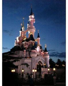 A Magia Walt Disney está presente em todos os parques da Disney. Esse parque é fofo e tem o Castelo em tons de rosa.  Minha sobrinha se apaixonou pelo parque. A queima de fogos é linda e sempre acho que um dia na Disney não é ruim em nenhum lugar do mundo.