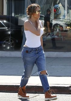 Jennifer Lopez spotted wearing a pair of loose denim ripped boyfriend jeans! Get a similar pair for yourself, check out the link.. http://tidd.ly/fac3a7c3