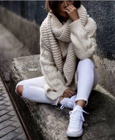Cosy sweater with white skinny jeans! Who said that white isn't for winter?