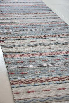 Carpet Mat, Diy Carpet, Rugs On Carpet, Weaving Loom Diy, Hand Weaving, Rug Inspiration, Weaving Projects, Striped Rug, Cool Rugs