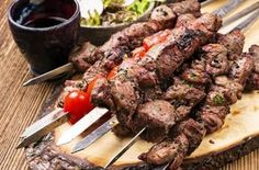This marinated lamb kebab is cooked on the barbecue. Marinated Lamb Kebab Recipe from Grandmothers Kitchen. - use homemade yogurt Skewer Recipes, Meat Recipes, Greek Diet, Marinated Lamb, Greek Recipes, Skewers, Kabob, A Food, Barbecue