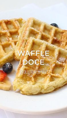 Gluten free and paleo almond flour waffles made from a few simple ingredients. They're quick to make and your whole family will enjoy the classic flavor and irresistibly crispy texture! Healthy Gluten Free Recipes, Vegan Recipes, Snack Recipes, Waffel Vegan, Waffle Recipes, Pancake Recipes, Crepe Recipes, Gluten Free Waffles, Mexican Breakfast Recipes