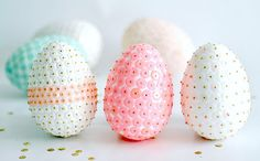 Sequin Easter Eggs - A lot of work but beautiful for Easter baskets and gifts! Egg Crafts, Easter Crafts, Holiday Crafts, Holiday Fun, Easter Ideas, Hoppy Easter, Easter Eggs, Diy Ostern, Egg Art