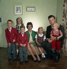 +~ Vintage Color Photograph ~+  Classic 1964 family of seven.
