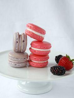 Macarons mûres et fraises. Recette sur le site.