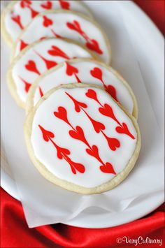 Ohhh, very cute for the boys' valentine's day parties.I could totally do this! Decorated garland heart iced sugar cookies for Valentine's Day via Iced Sugar Cookies, Sugar Cookies Recipe, Cookie Recipes, Icing Recipe, Cookie Ideas, Dessert Recipes, Cupcakes, Cupcake Cakes, Holiday Treats