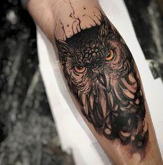 tatuaje de búho en brazo de hombre