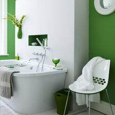 Dieses bunte Badezimmer Design zeigt, wie einzelne Elemente Farbe in Ihr Bad bringen, ohne dabei zu bunt zu wirken. Die Grüntöne sind perfekt aufeinander abgestimmt und harmonieren mit den weißen Elementen.