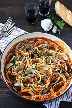 Linguine With Red Clam Sauce alternative christmas dinner Clam Recipes, Best Seafood Recipes, Fish Recipes, Dinner Recipes, Dinner Ideas, Italian Dishes, Italian Recipes, Italian Menu, Seafood Recipe For Christmas