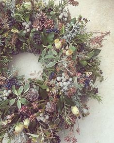 Beautiful Christmas Wreath Ideas · Brighter Craft Wreaths are a classic Christmas tradition and they're great fun to make! Here's a list of over 80 beautiful Christmas ideas. Christmas Door Wreaths, Christmas Flowers, Holiday Wreaths, Christmas Diy, Christmas Flower Arrangements, Christmas Garden, Christmas Quotes, Christmas Pictures, Christmas 2019