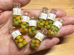 いいね!14.5千件、コメント133件 ― こるはさん(@kasuga_maru)のInstagramアカウント: 「粘土で作った梅を小瓶に詰めてレジンで固め、梅酒のミニチュアを作りました☆ このサイズの小瓶がしばらく見つけられずにいましたが、いただいたので久々に梅酒を作りました 参加イベント♪…」