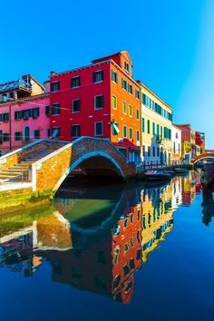 Burano en Vénétie - Les plus beaux villages d'Italie - Elle Places Around The World, Oh The Places You'll Go, Places To Travel, Places To Visit, Beaux Villages, Italy Travel, Travel City, Travel Tourism, Dream Vacations