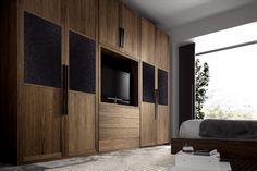 une grande armoire en bois aux accents noirs dans la chambre à coucher