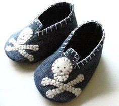 Recycled Denim Baby shoes-minus the skulls Jean Crafts, Denim Crafts, Artisanats Denim, Distressed Denim, Felt Baby Shoes, Baby Jeans, Denim Ideas, Recycled Denim, Recycled Clothing