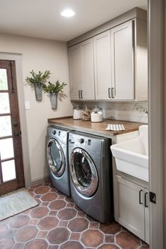 Inspiring Laundry Room Layout that Worth to Copy https://decomg.com/inspiring-laundry-room-layout-worth-copy/ Small Laundry Rooms, Laundry Room With Sink, Laundry Sinks, Mudrooms With Laundry, Farmhouse Laundry Rooms, Laundry Area, Laundry Room Floors, Laundry Room Countertop, Mudroom Laundry Room