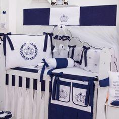 O Kit Berço Realeza Marinho é a decoração de quarto de bebê digna de realeza! Com esse enxoval de bebê azul marinho, não tem como não se apaixonar!