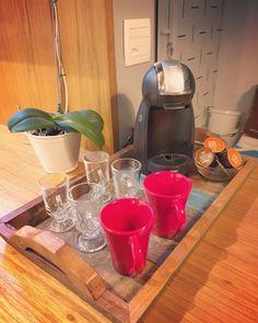 Cantinho do café: 71 ideias incríveis para você organizar o seu (FOTOS) Coffee Bar Home, Coffee Corner, Coffee Shop, Cafe Bar, Coffee Break, Coffee Time, Nail Designer, Hygge Home, Salon Design