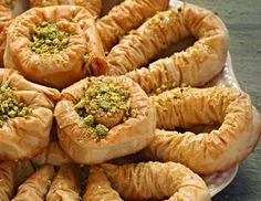 Σαραγλί. Το τέλειο παραδοσιακό γλυκό που μας το έφεραν οι πρόσφυγες της Μικράς Ασίας και σήμερα το απολαμβάνουμε σε όλη την Ελλάδα.Μια συνταγή του Ν. Τσε The Kitchen Food Network, Greek Cooking, Christmas Cooking, Greek Recipes, Food Network Recipes, Shrimp, Sausage, Deserts, Sweet Home